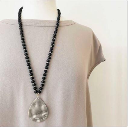 Collier long Caracol, Billes de bois, pendentif goutte métal, Noir et argent