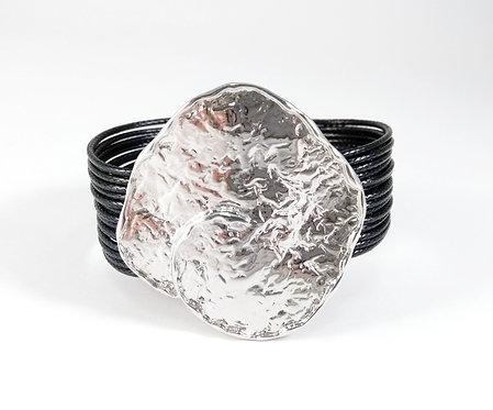 Bracelet cordons noirs, Pièce de métal argent martelé