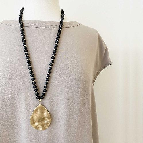 Collier long Caracol, Billes de bois, pendentif goutte métal, Noir et or, 1416