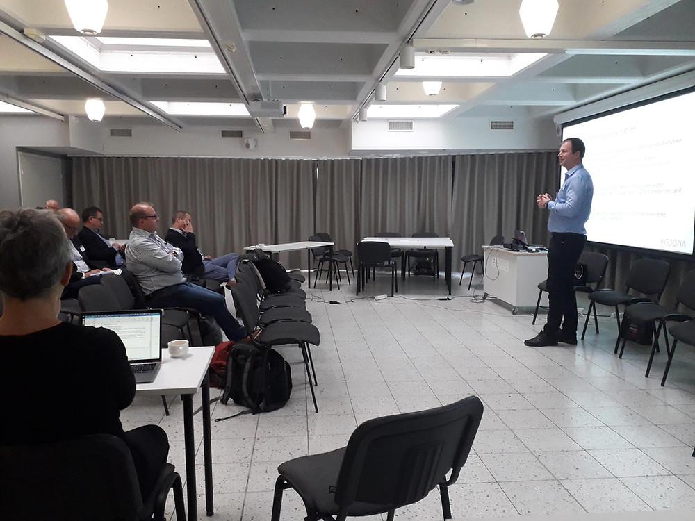 Bjørn Arne Føleide foredrar om endringen innen industrien.