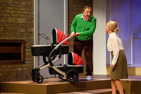 Jon van Eerd als Harrie Vermeulen met een kinderwagen