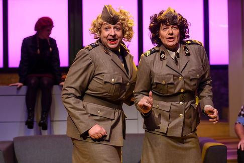 Jon van Eerd en Arie Cupé verkleed als vrouwen in Harrie let op de kleintjes