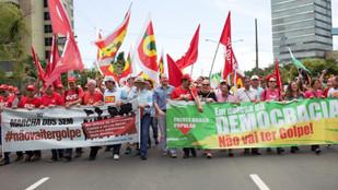 MILITANTES MARCHAM CONTRA O GOLPE E EM DEFESA DA DEMOCRACIA