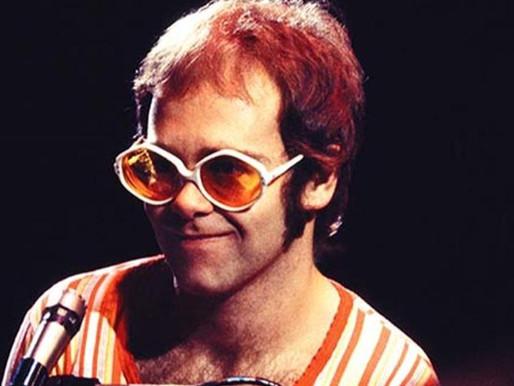 """Há 49 anos, Elton John lançava o clássico """"Rocket Man"""""""