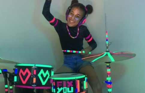 """Nandi Bushell encanta Coldplay em cover de """"Fix You""""; assista"""