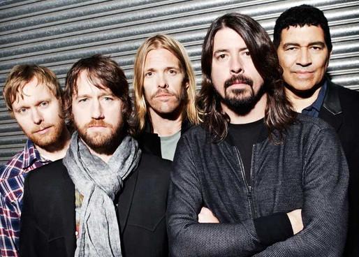 """Foo Fighters celebra aniversário de Dave Grohl com lançamento de """"Waiting on a War""""; ouça"""