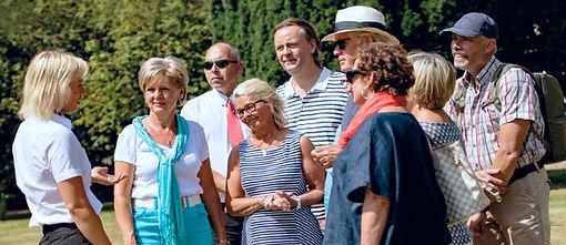 En grupp resande seniorer