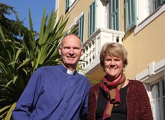 Två glada seniorer i Nice