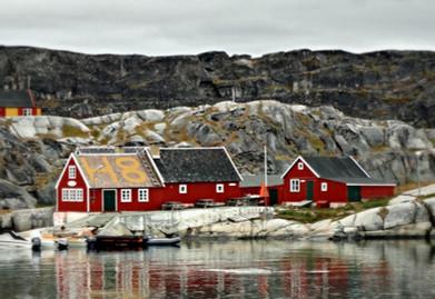 Röda hus vid vattnet