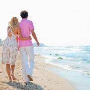 Två människor vid stranden