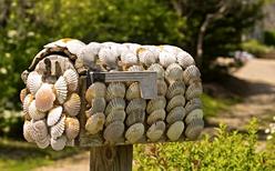 Vacker brevlåda med musselskal som dekoration