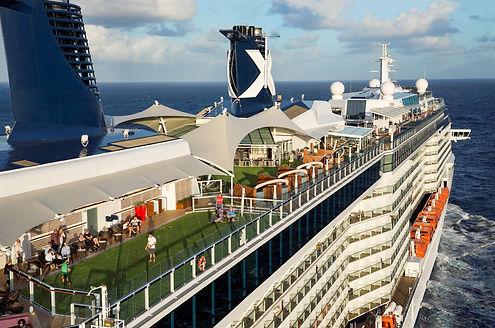 Stort kryssningsfartyg på havet