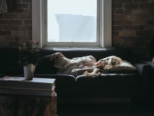 Por que sinto tanto sono durante o dia?