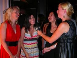 映画祭でインタビューを受ける女性達