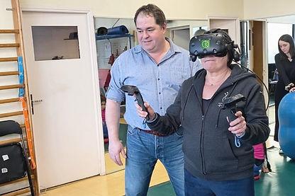 un kinésithérapeute et sa patiente en rééducation en réalité virtuelle avec KineQuantum