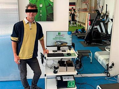 Laurent kiné équipé avec la rééducation en réalité virtuelle KineQuantum