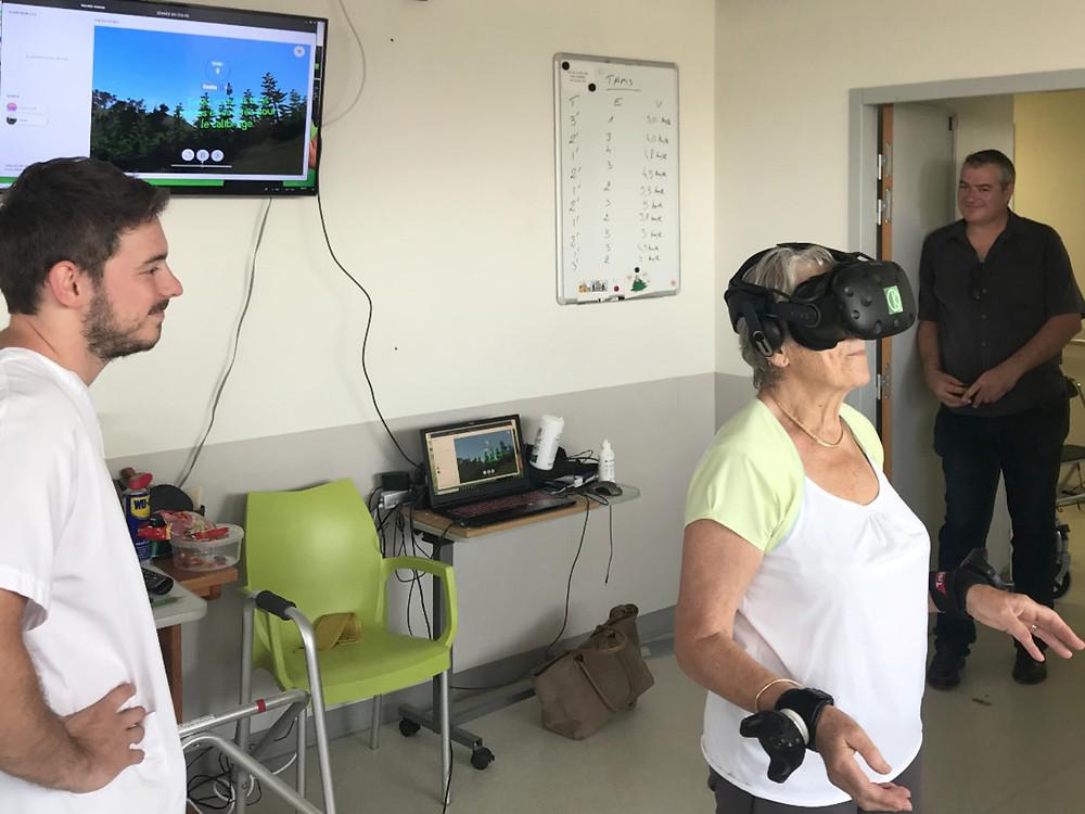 femme âgée utilisant la réalité virtuelle KineQuantum