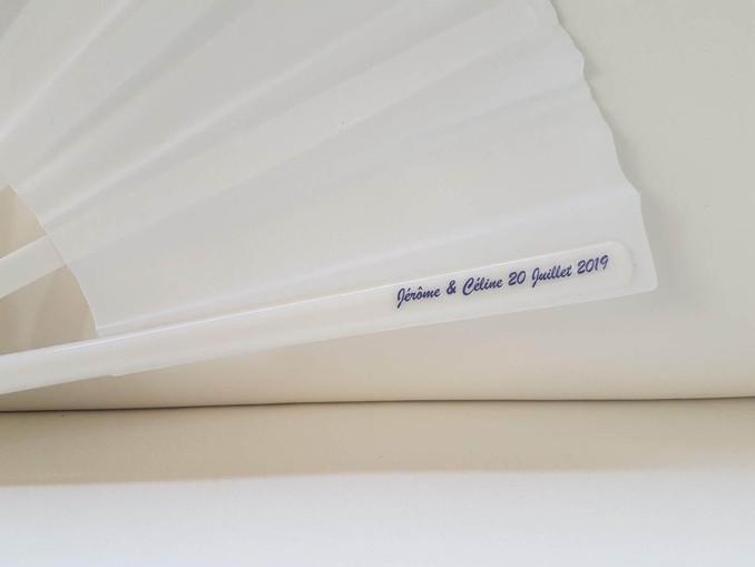 Eventail personnalisé avec sticker sur l'emballage et sur la baguette