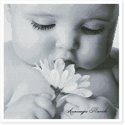 Малыш с ромашкой