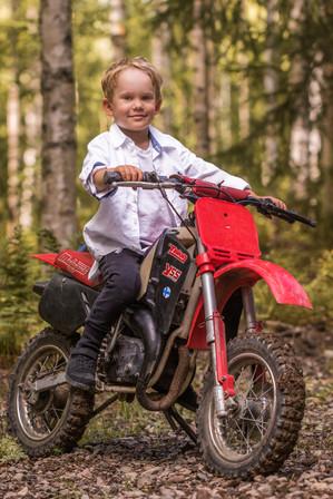 lapsikuvaus, lapsikuvaus ideoita, lapsikuvaus lahti, lapsikuvaus päijät-häme, lapsikuvaus orimattila, lapsi moottoripyörä, motocross, motocross poseeraus