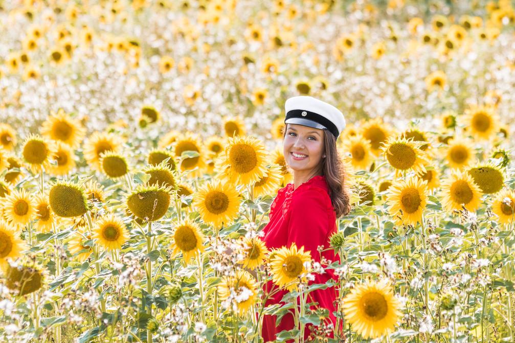 ylioppilaskuva ideoita, ylioppilaskuvaus auringonkukkapelto, auringonkukat yo-kuva, ylioppilaskuvaus lahti, kiitoskorttikuva, ylioppilaskuvaus päijät-häme, auringonkukat kuva ideoita