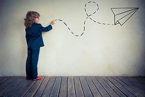 Bambina-che-disegna-sul-muro.jpg