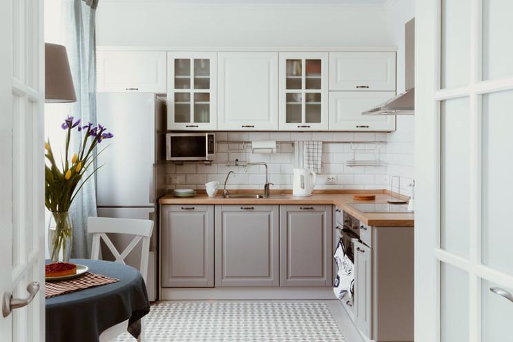 Белая серая кухня