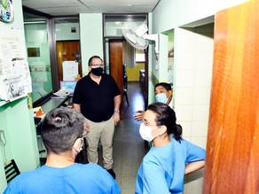 Orazi visitó el hospital y transmitió su agradecimiento al personal de Salud
