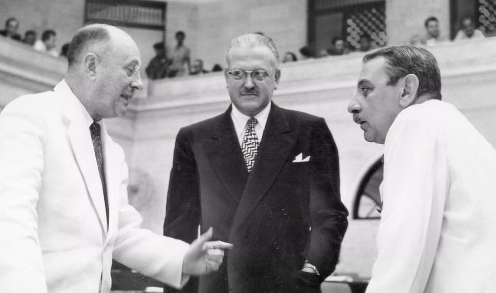 Antonio Fernós-Isern, a la izquierda, y  Luis Muñoz Marín, a la derecha.  Victor Gutierrez Franqui, entre ellos.