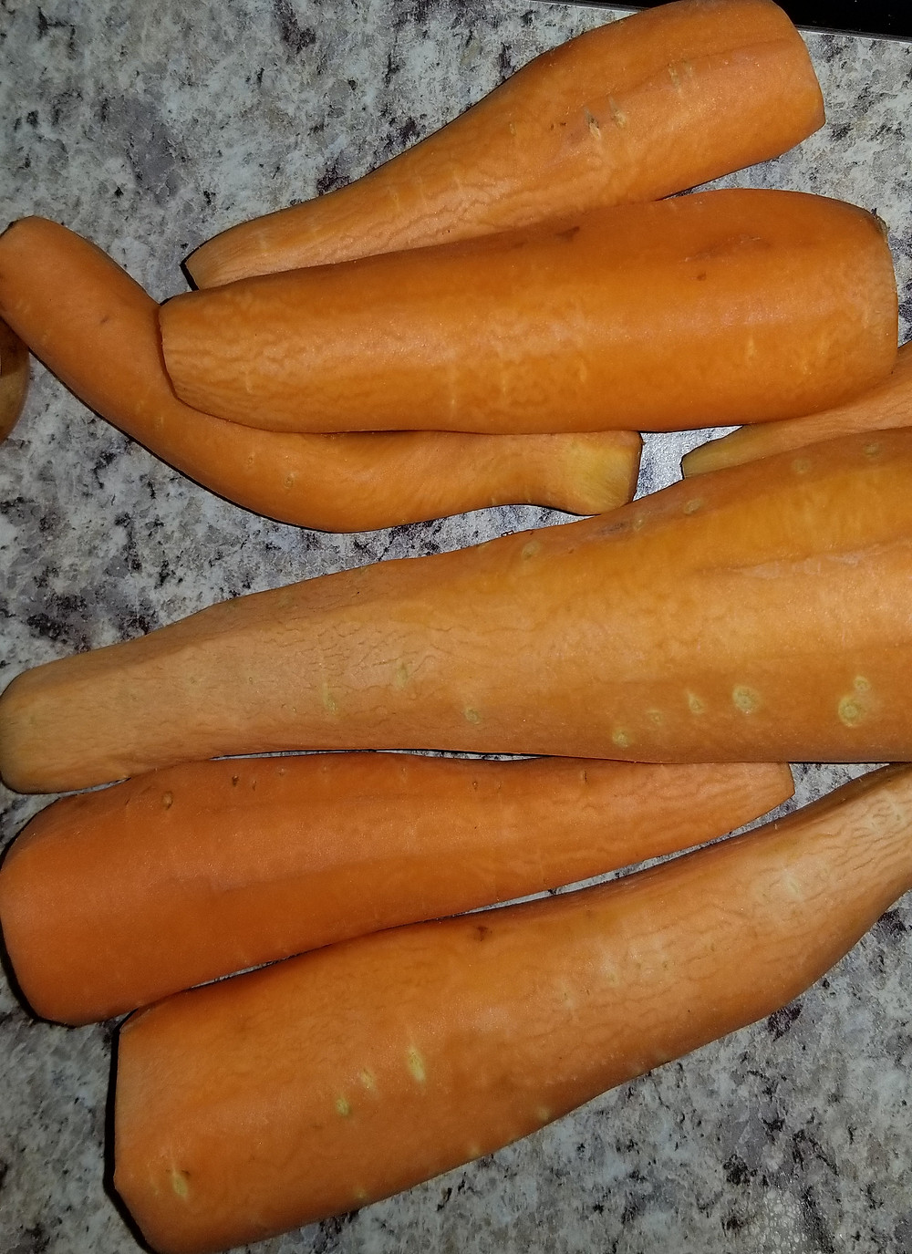 picture of 6 peeled carrots