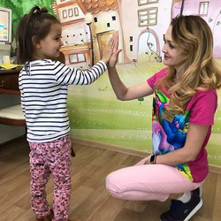детский стоматолог лечит зубы