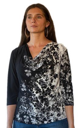 Polera Negra con diseño blanco de flores.