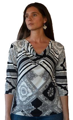 Polera Negra con diseño blanco Gucci.
