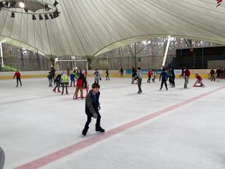 groot en klein op de schaatsbaan