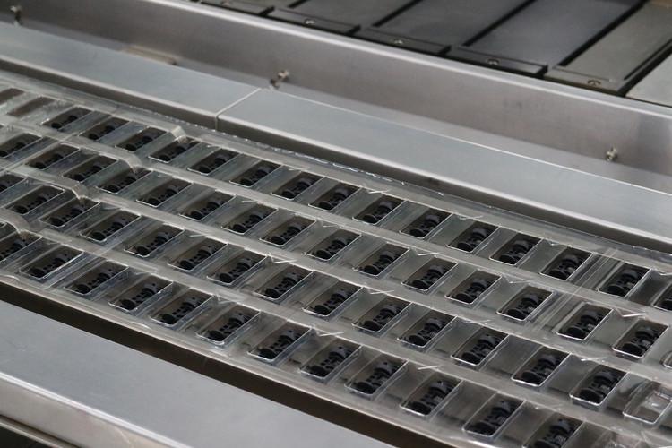 Fully automated razor packing machine