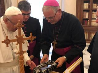 Papa Francisco abençoa cruz missionária