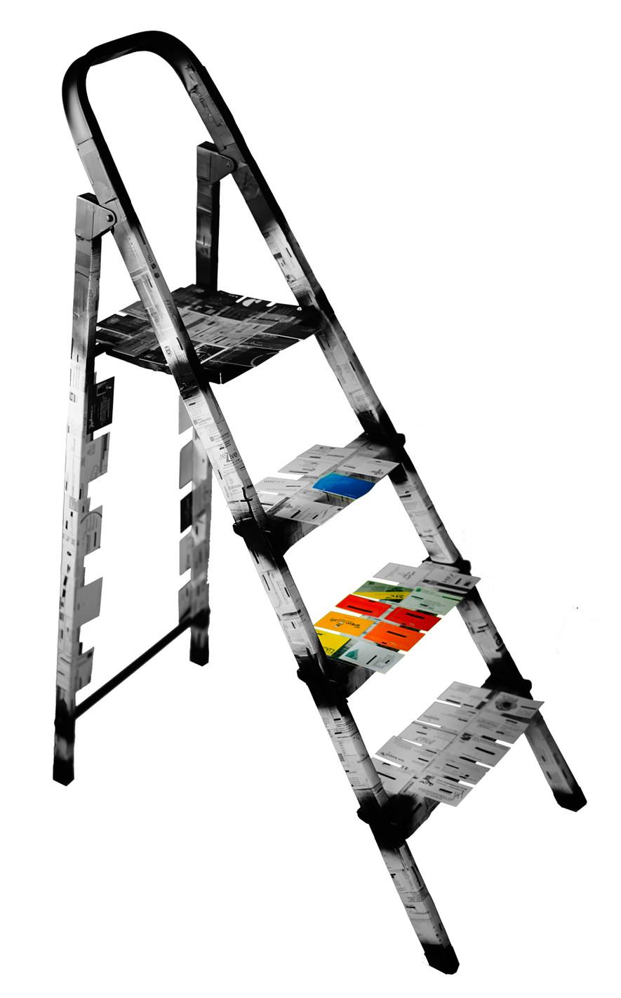 Kimliksizleşme / v 2018 / 35x88x88 cm / Kartvizitlerle kaplanmış merdivenin basamaklarındaki siyah lekeler, yükselme hırsı ve güç uğruna kimliksizleşmeyi temsil eder. Yükseldikçe markalar belirginleşir, tepede ise tamamen karanlık ve kimliksizleşme vardır.