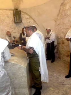 מתפללים בקבר יוסף