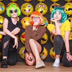 Junge-Frauen-Emoji-Knipserei_edited.jpg