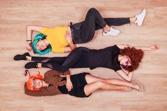 Junge-Frauen-Boden-Liegen-Fotoshooting-K