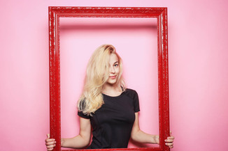Blonde-Frau-Roter-Bilderrahmen.jpg