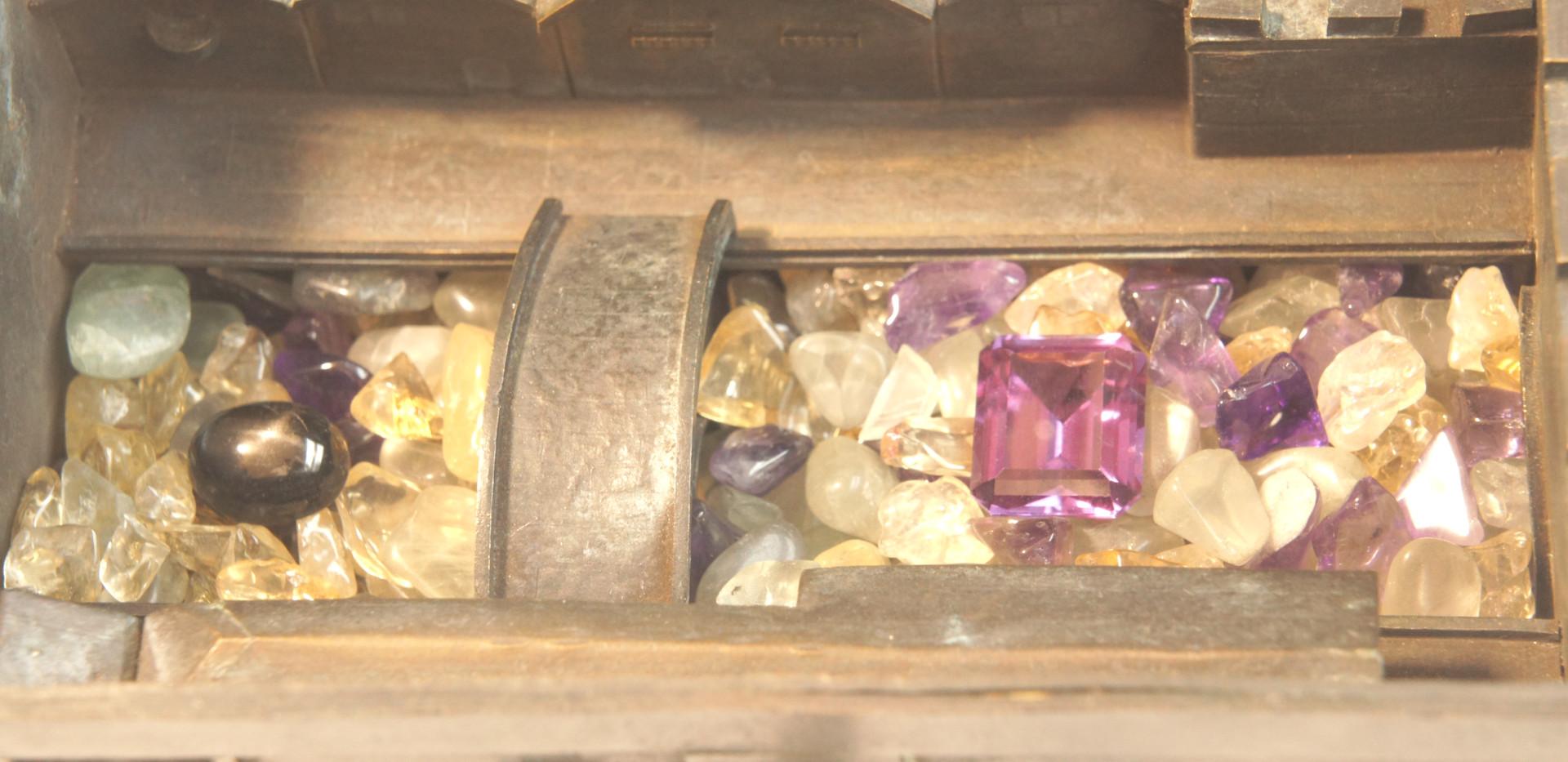 砂場の砂の代わりに宝石の細石