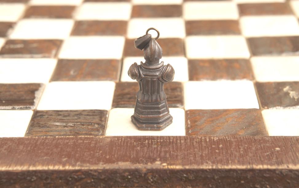 チェックメイトされても敵の手に堕ちないことから「不敗」の意味を持つ駒