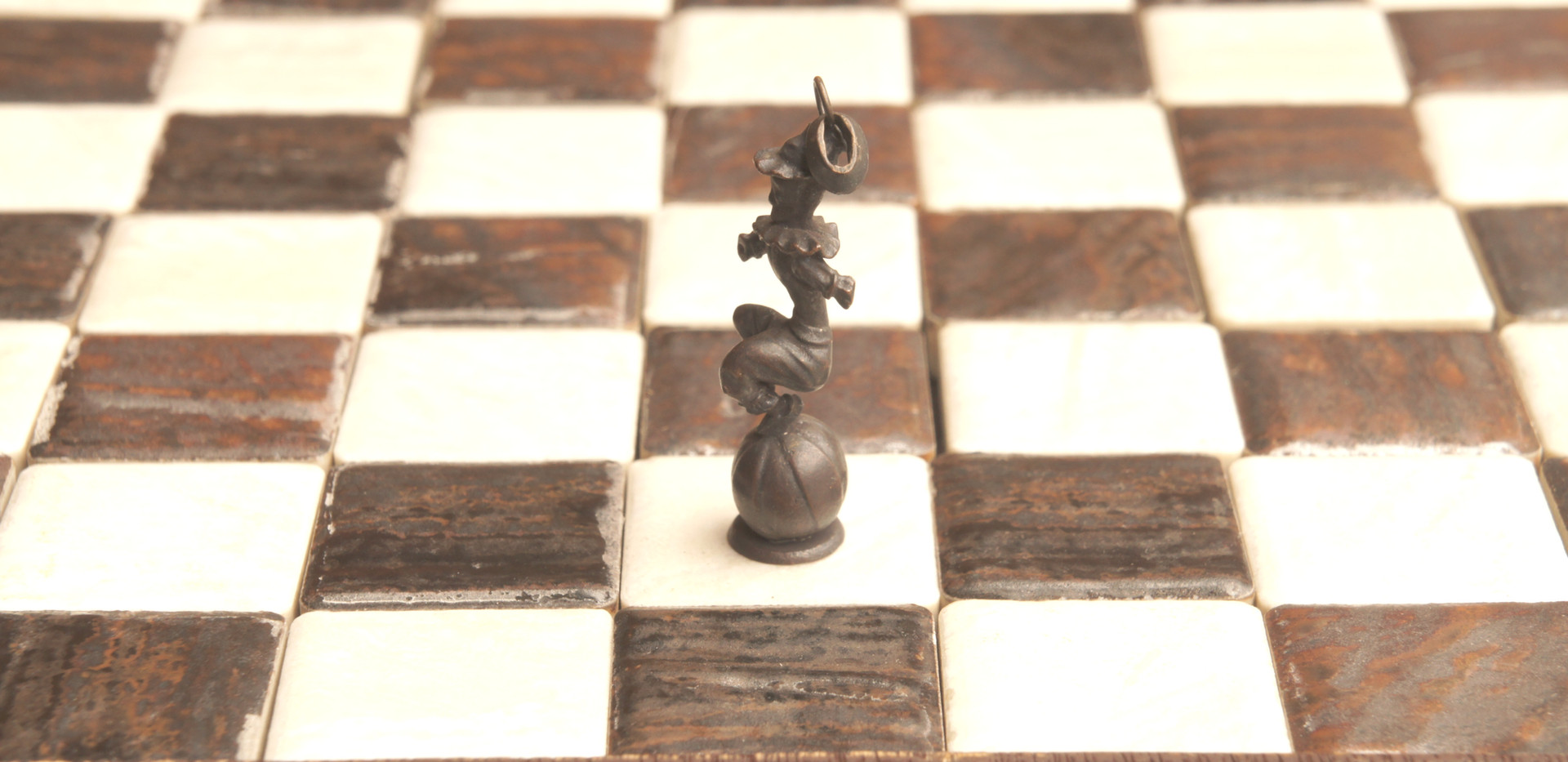 斜めに敵陣に切り込めることから「奇抜」の意味を持つ駒