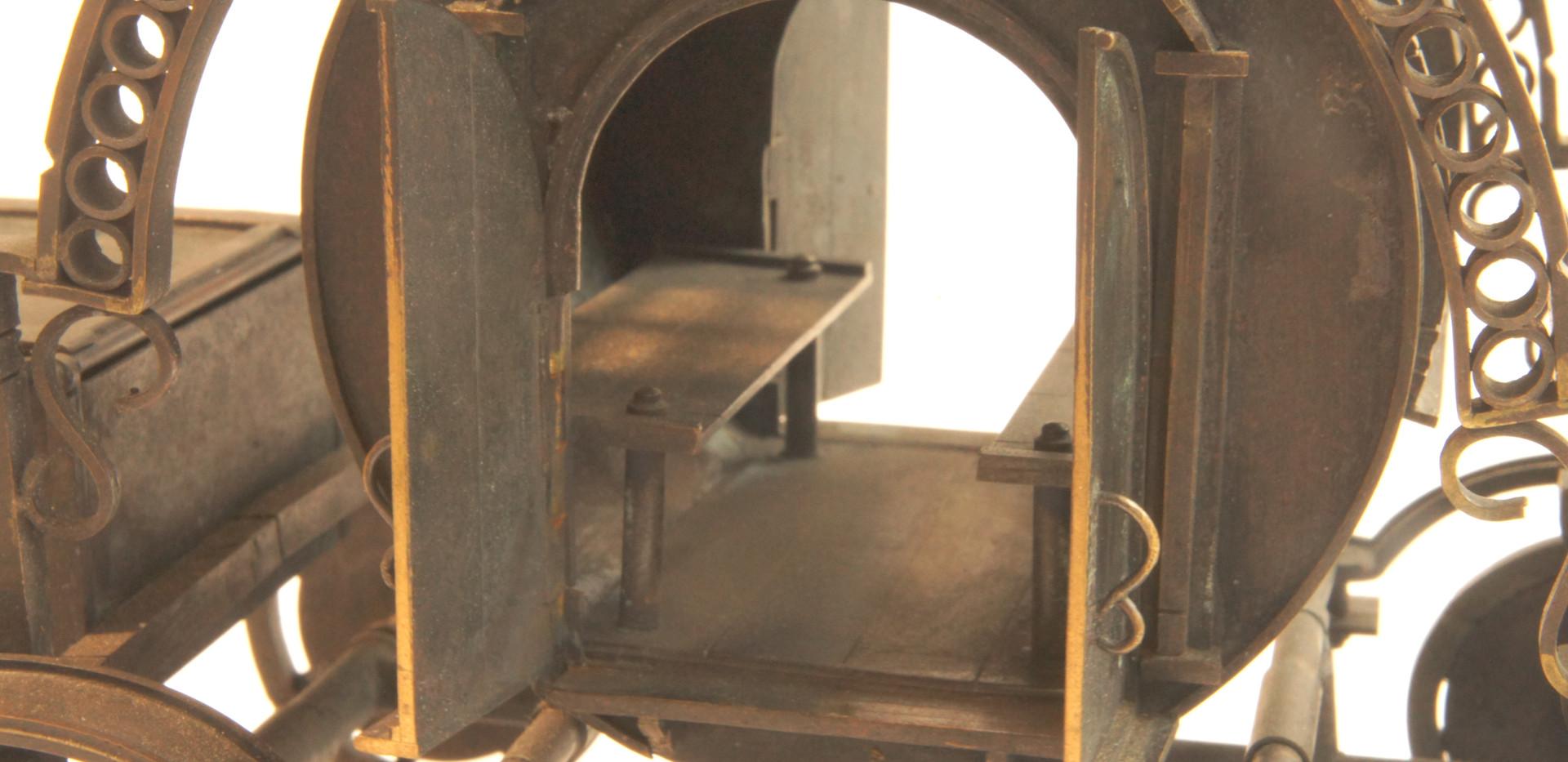 馬車の中にはベンチが2つ