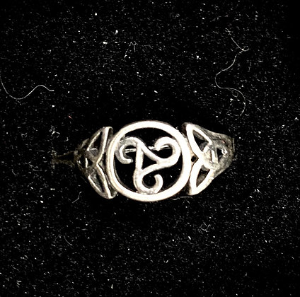 Trisceal Ring with Celtic Knot