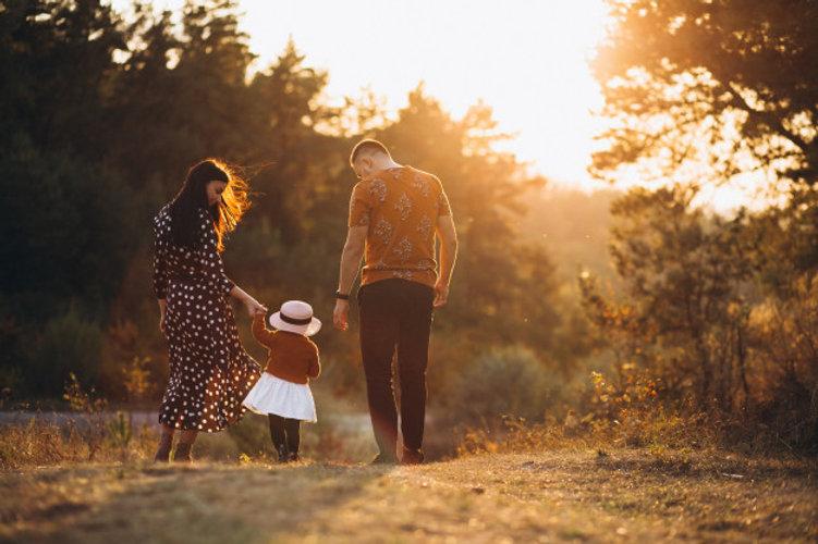 familia-com-sua-filha-pequena-em-um-camp