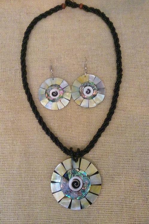 Juego de collar y arete de coral molido con madre perla, caracol y abulón