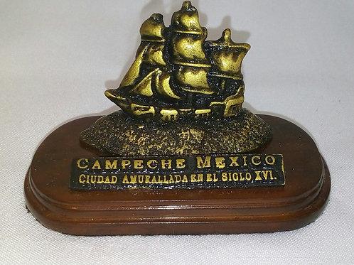 Escultura mini de galeón pirata de resina con base de madera