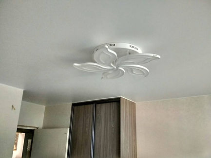 Натяжной потолок в комнате 14 м2